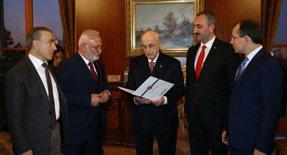 AK Parti'nin anayasa değişikliği teklifi TBMM Başkanı İsmail Kahraman'a sunuldu.