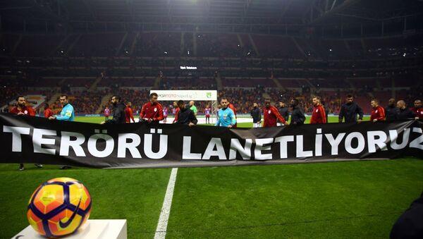 Spor Toto Süper Lig'de Galatasaray ile Gaziantepspor, Türk Telekom Arena'da karşılaştı. Futbolcular, İstanbul'daki terör saldırısına tepki olarak, sahaya ''terörü lanetliyoruz'' pankartıyla çıktı. - Sputnik Türkiye