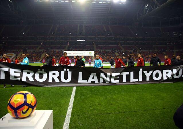 Spor Toto Süper Lig'de Galatasaray ile Gaziantepspor, Türk Telekom Arena'da karşılaştı. Futbolcular, İstanbul'daki terör saldırısına tepki olarak, sahaya ''terörü lanetliyoruz'' pankartıyla çıktı.