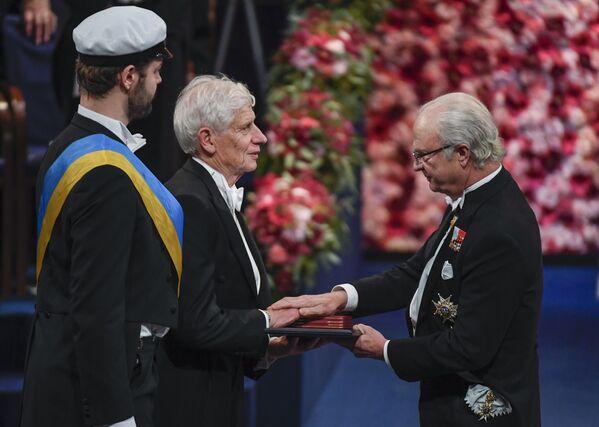 İngiliz bilim insanı David James, Stockholm'deki törende İsveç Kralı 16. Carl'dan Nobel Fizik Ödülü'nü alırken. - Sputnik Türkiye