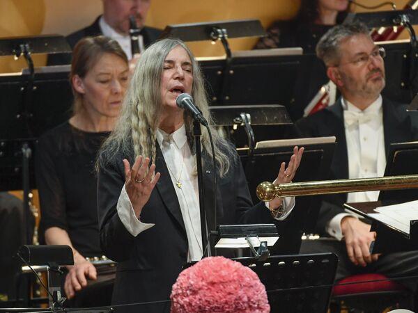 ABD'li şarkıcı Patti Smith, Stockholm'de Nobel Edebiyat Ödülü'nün sahibi Bob Dylan'ın katılım göstermediği törende, Dylan'ın 'A Hard Rain's A-Gonna Fall' şarkısını seslendirdi. - Sputnik Türkiye