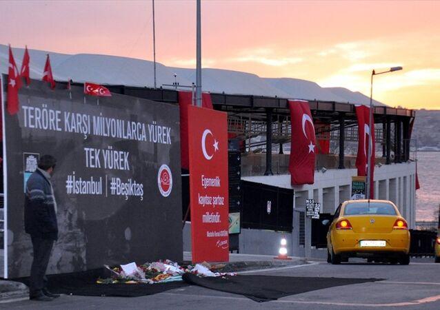 Beşiktaş'taki terör saldırısının gerçekleştiği Beleştepe olarak isimlendirilen yere, sabah saatlerinde Beşiktaş Kaymakamlığı ve Beşiktaş Belediyesi logolarının yer aldığı Teröre karşı milyonlarca yürek, tek yürek yazılı pano konuldu. Panonun önüne çiçekler bırakan vatandaşlar, saldırıda şehit olanlar için dua etti.