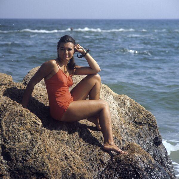 SSCB'ye bağlı Ukrayna'nın Odessa kenti sahillerinde bir genç kız (1971) - Sputnik Türkiye