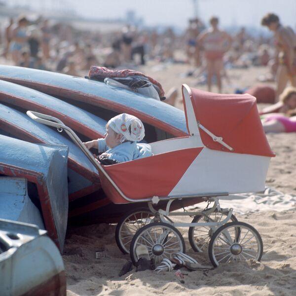 Nijnıy Novgorod'da Volga nehri kıyısındaki plajdan bir kare (1972) - Sputnik Türkiye