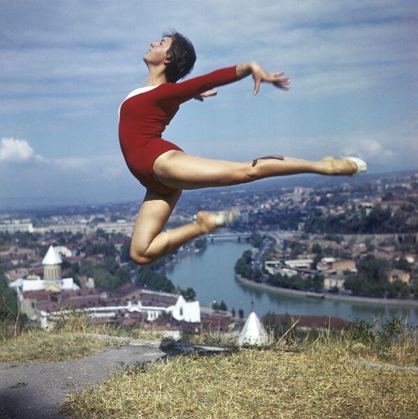 Gürcistan'ın başkenti Tiflis'te bir cimnastikçi (1974) - Sputnik Türkiye