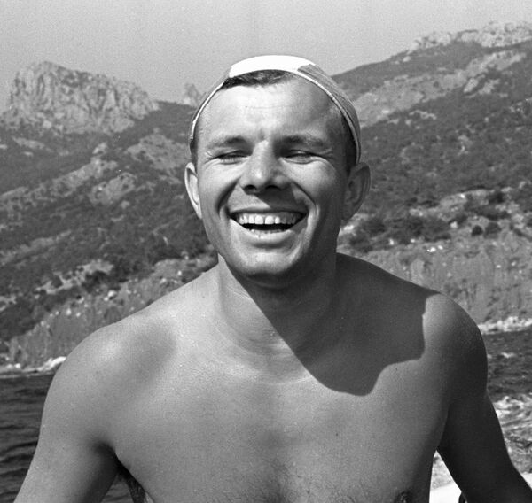 Uzaya çıkan ve dünyanın yörüngesinde tur atan ilk insan Yuri Gagarin'in 12 Nisan 1961'deki uzay yolculuğunun ardından Kırım'da çıktığı tatilden bir kare - Sputnik Türkiye