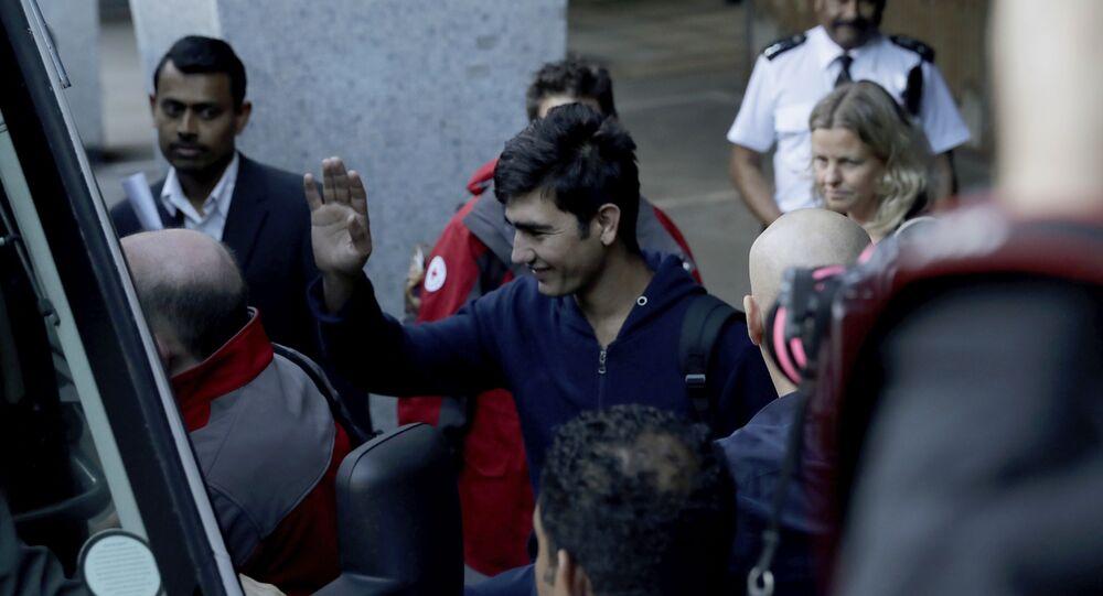 Calais'ten İngiltere'ye getirilen çocuk sığınmacılardan biri gazetecileri selamlıyor