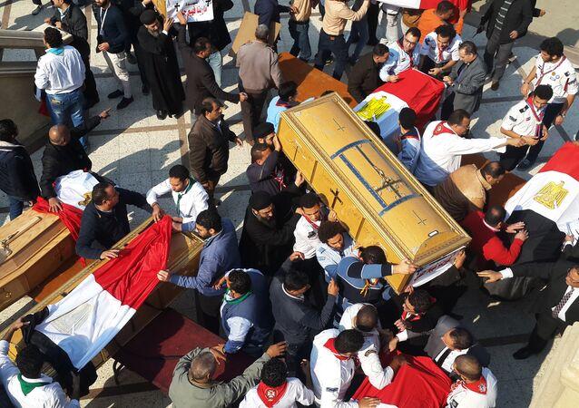 Kahire'deki saldırıda ölenlerin naaşları taşınıyor