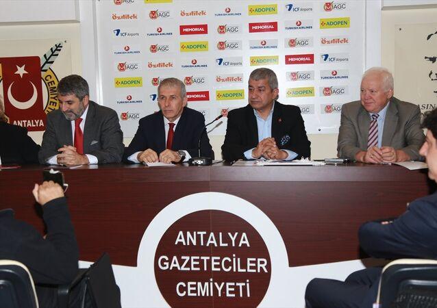 Karadeniz Ekonomik İşbirliği Konseyi (KEİK) Rusya Ulusal Konseyi Başkanı Viktor Arhipov (sağda), KEİK Rusya Ulusal Konseyi Türkiye Başkanı Erdoğan Gündüzpolat (ortada) ve beraberindeki heyet, Antalya Gazeteciler Cemiyeti Başkanı Mevlüt Yeni'yi (sağ2) makamında ziyaret ederek, gazetecilerle bir araya geldi.