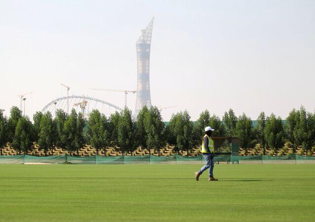 Katar'da bir işçi 2022 Dünya Kupası için yapılan bir inşaatın yakınında çalışıyor