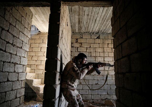Bir Irak askeri Musul'un güneyinde IŞİD ile savaşıyor