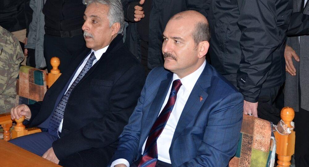 İçişleri Bakanı Süleyman Soylu, (sağda birinci) beraberindekilerle Hakkari'nin Yüksekova İlçesinde esnafı ziyaret etti