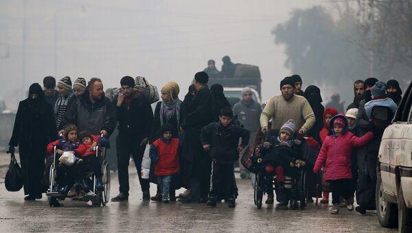 Halep'ten çıkarılan siviller - Sputnik Türkiye