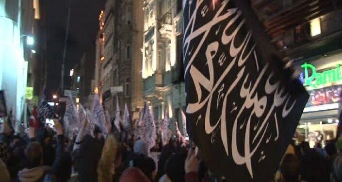Hizb-ut Tahrir üyeleri İstiklal Caddesi'nde Rusya Başkonsolosluğu'nda eylem yaptı