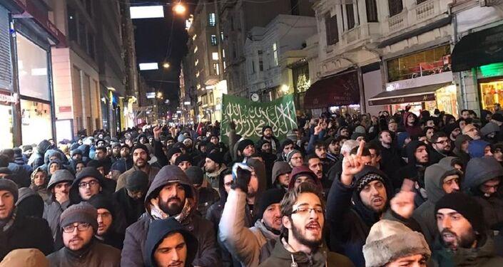 Taksim'de Halep protestosu için binlerce kişi yürüdü