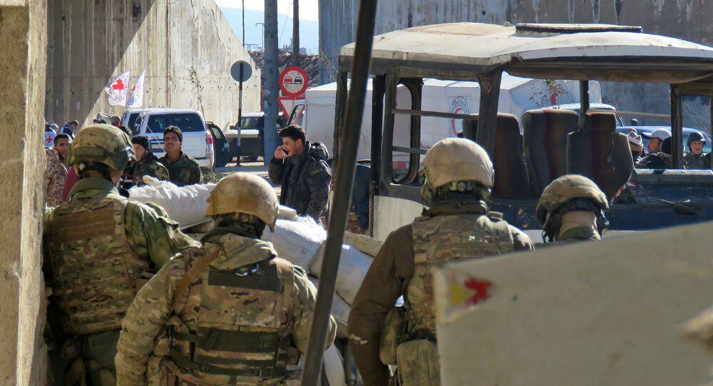 Militanlar ve ailelerini Halep'in doğusundan İdlib'e götürecek tahliye operayonunun başlamasını bekleyen Rus askerleri