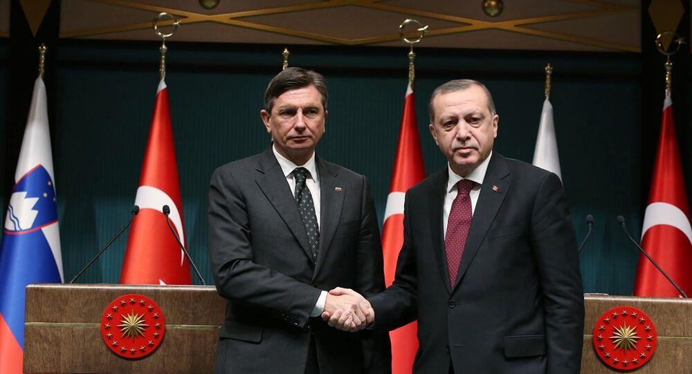 Cumhurbaşkanı Erdoğan, resmi ziyaret için Türkiye'ye gelen Slovenya Cumhurbaşkanı Borut Pahor ile Cumhurbaşkanlığı Külliyesi'nde ortak basın toplantısı düzenledi.