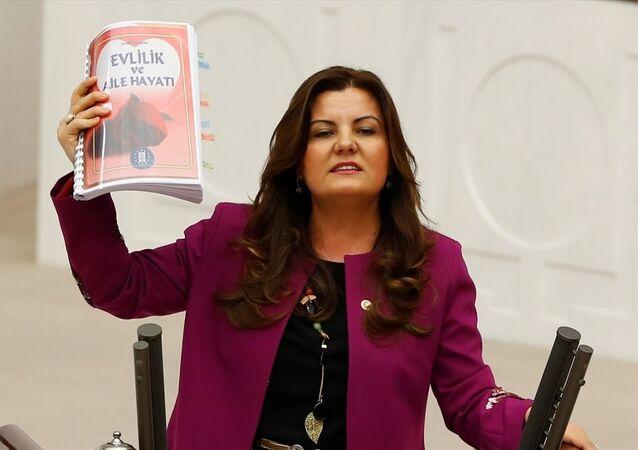CHP'li Hürriyet, kitapta ahlaksızlığın ve sapkın düşüncelerin yer aldığını belirterek, belediye hakkında işlem yapılmasını istedi.