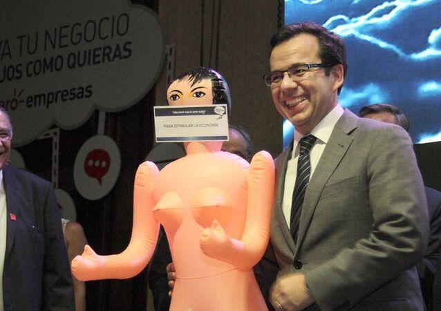 Şili'de Ekonomi Bakanı Luis Felipe Cespedes'e, yılbaşı hediyesi olarak şişme kadın verildi