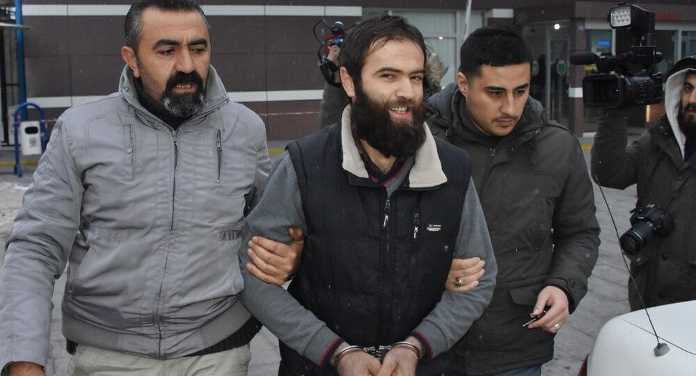 Konya'da gözaltına alınan IŞİD şüphelisi, gazetecilere Çekin daha iyi çekin. Yakışıklıyım değil mi? Allah'a hamdolsun. Çekin, Allah da sizi çeker dedi.