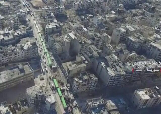 Siviller ve militanları Halep'ten tahliye eden otobüsler