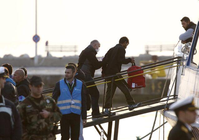 Yunanistan'ın midilli adasından Türkiye'ye geri gönderilen sığınmacılara Frontex görevlileri eşlik ediyor