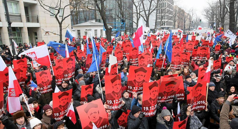 Varşova'daki Anayasa Mahkemesi önündeki eylemciler Anayasa Mahkemesi Başkanı Andrzej Rzeplinski'nin fotoğraflarını taşıyor.