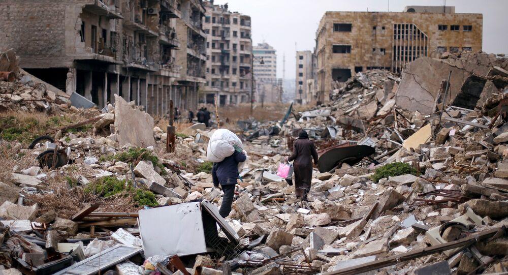 Halep'te insanlar yıkıntılar arasında evlerinden aldıkları eşyalar ile yürüyor