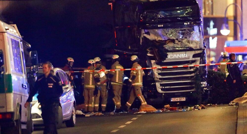 Berlin'de Noel pazarına dalan kamyonun bulunduğu bölgede inceleme yapan itfaiye ve polis ekipleri