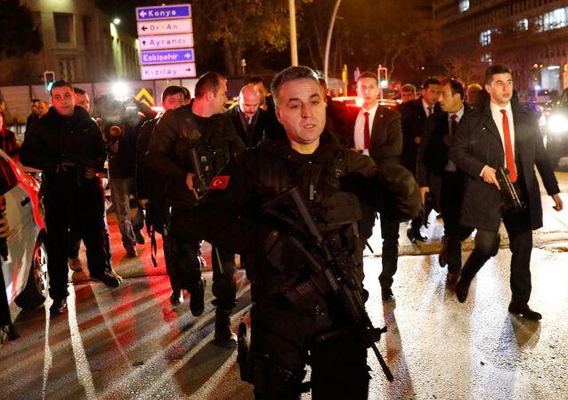 İçişleri Bakanı Süleyman Soylu ve Rus Büyükelçi Karlov'un öldürüldüğü bölgede geniş güvenlik önlemleri alan polis.