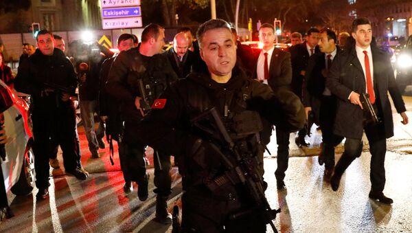 İçişleri Bakanı Süleyman Soylu ve Rus Büyükelçi Karlov'un öldürüldüğü bölgede geniş güvenlik önlemleri alan polis. - Sputnik Türkiye