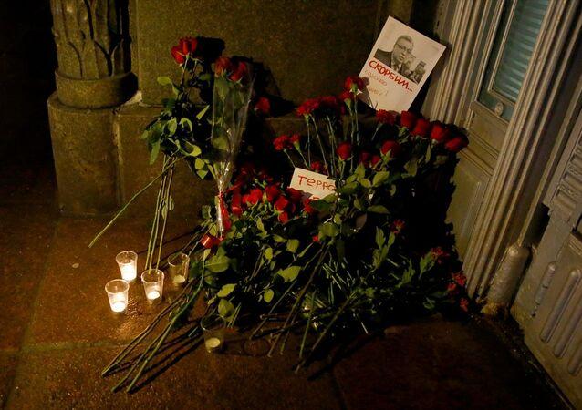 Çiçekler üzerine fotoğrafı iliştirilen Karlov, 'Yasını Tutuyoruz' sözleriyle anıldı.