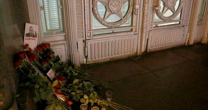 Rusya'nın Ankara Büyükelçisi Andrey Karlov'a yapılan silahlı saldırının ardından Moskova'daki Dışişleri binası önüne Karlov anısına çiçekler bırakıldı, mum yakıldı.