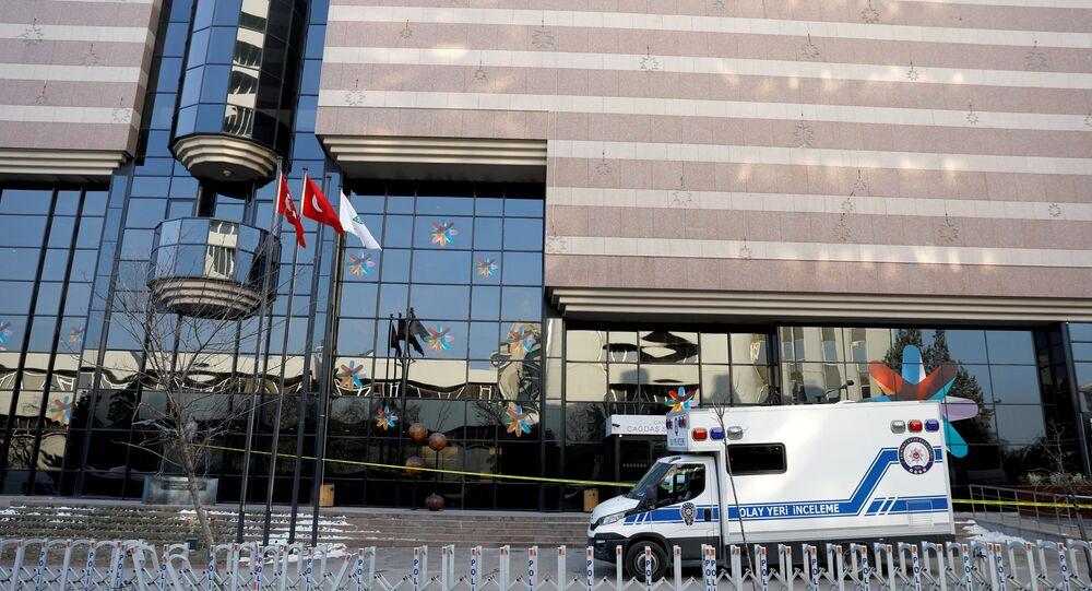 Karlov suikastının ertesi gününde Ankara'daki Çağdaş Sanat Galerisi'nin önünde bekleyen adli tıp araçları