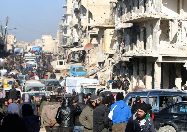 Halep'te tahliye edilmeyi bekleyen militanlar ve siviller