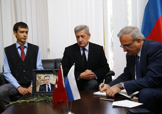 Antalya Valisi Münir Karaloğlu (sağda), Rusya'nın Antalya Başkonsolosu Aleksandr Tolstopyatenko'ya (ortada) taziye ziyaretinde bulunarak, baş sağlığı dileklerini iletti.