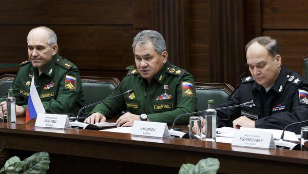 Rusya Savunma Bakanı Sergey Şoygu, Moskova'da İranlı mevkidaşı Hüseyin Dehkan ile bir araya geldi. - Sputnik Türkiye