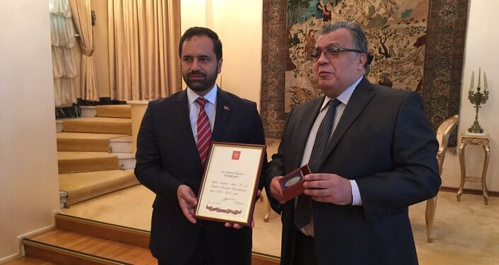 Görüşmede Büyükelçi Karlov, Türk-Rus ilişkilerine katkıları nedeniyle Ahmet Berat Çonkar'a bir de madalya takdim etti.