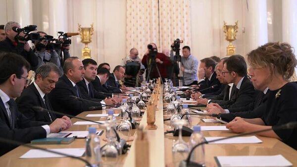 Rusya Dışişleri Bakanı Lavrov, Türkiye Dışişleri Bakanı Mevlüt Çavuşoğlu ve İran Dışişleri Bakanı Muhammed Cevad Zarif'le bir araya geldiği üçlü zirvede bir araya geldi. - Sputnik Türkiye