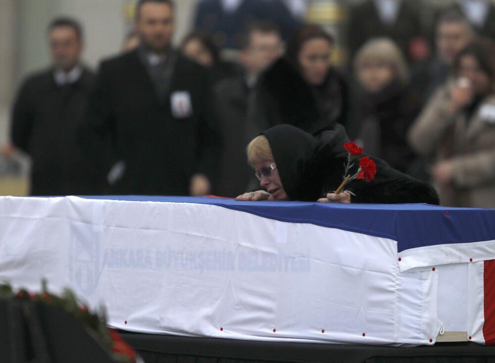 Büyükelçi Karlov'un eşi Marina Karlov, eşinin tabutunu gözyaşları içinde öptü.