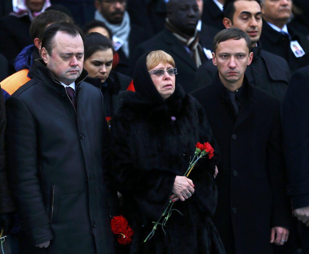Büyükelçi Andrey Karlov'un eşi Marina Karlov ile oğlu da törende yapılan duygu dolu konuşmaları gözyaşları içinde dinledi.