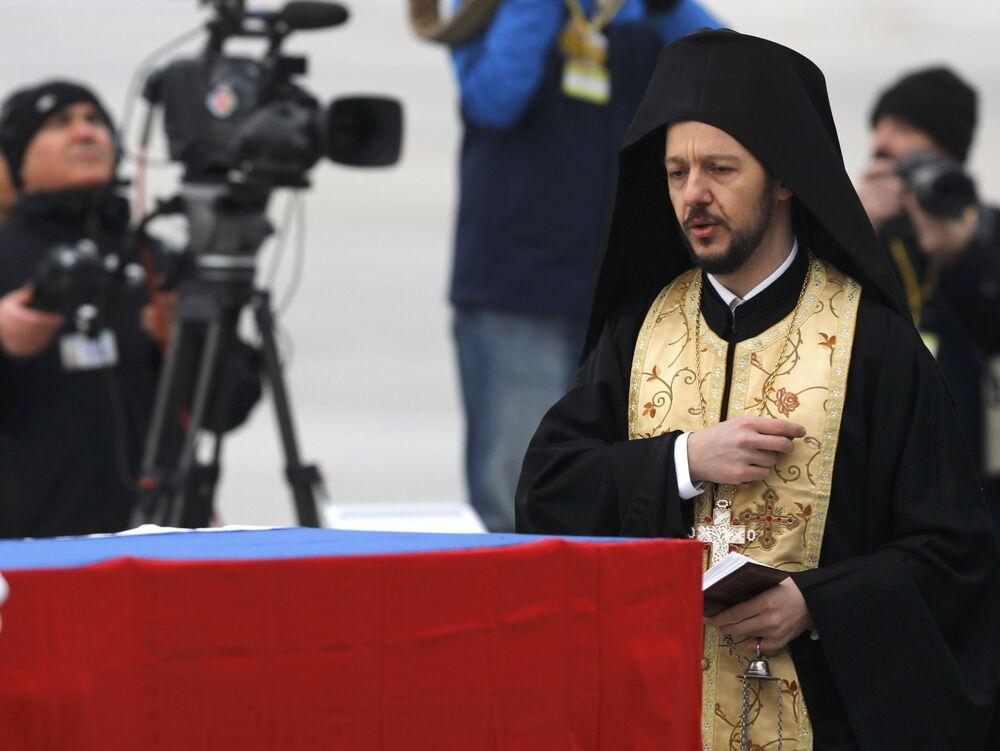 Yapılan konuşmaların ardından bir Ortodoks rahibi de Karlov için ilahiler eşliğinde dua etti.