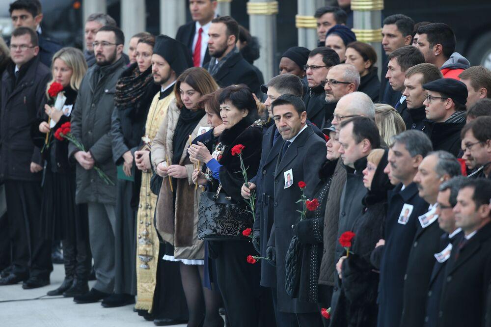 Törende Karlov'un ailesi ve ona yakın olanların ellerinde kırmızı güller taşıdığı görüldü.