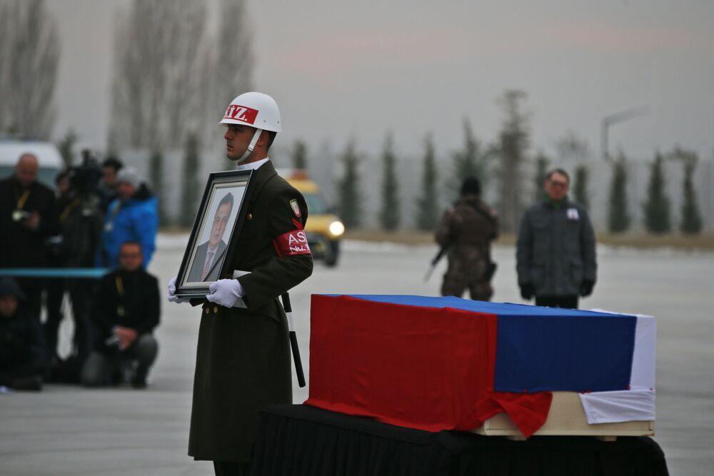 Bir merasim kıtası askeri, tören boyunca Karlov'un fotoğrafını taşıdı.