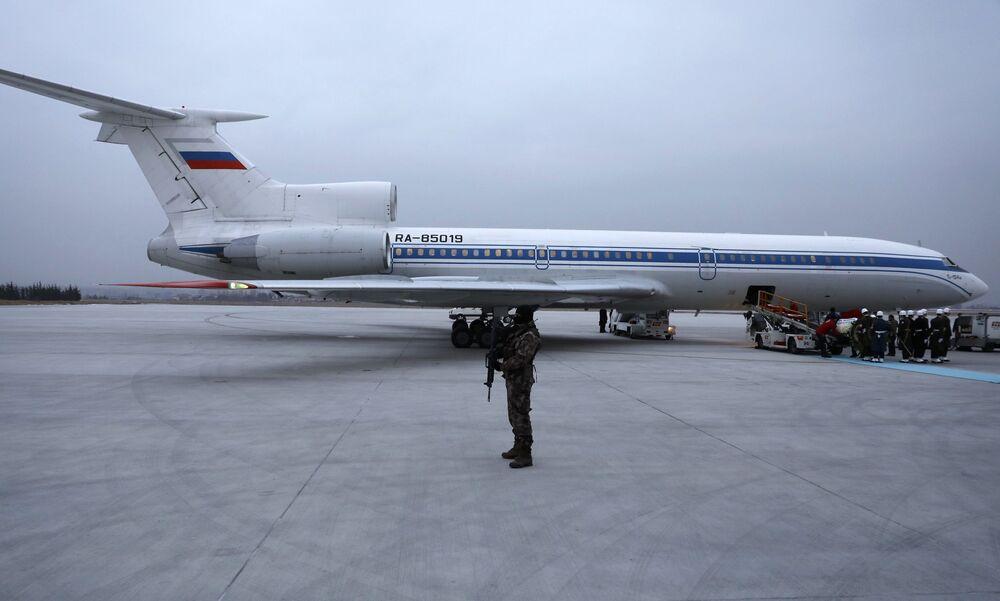 Büyükelçinin Rus bayraşına sarılı naaşı merasim müziği eşliğinde Moskova'ya gidecek olan uçağa taşındı.