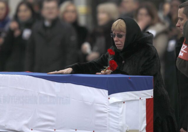Супруга убитого российского посла Андрея Карлова на церемонии прощания в аэропорте Анкары