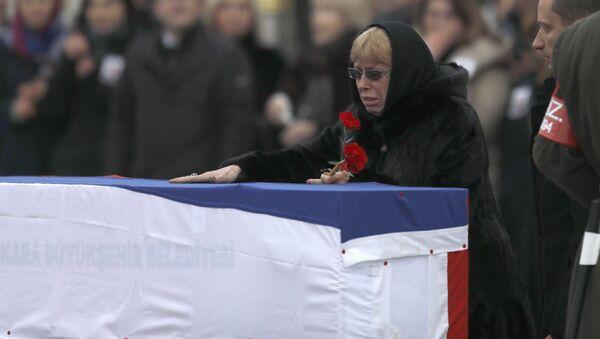 Супруга убитого российского посла Андрея Карлова на церемонии прощания в аэропорте Анкары - Sputnik Türkiye