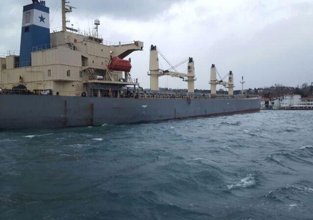 Yeniköy'de gemi karaya oturdu