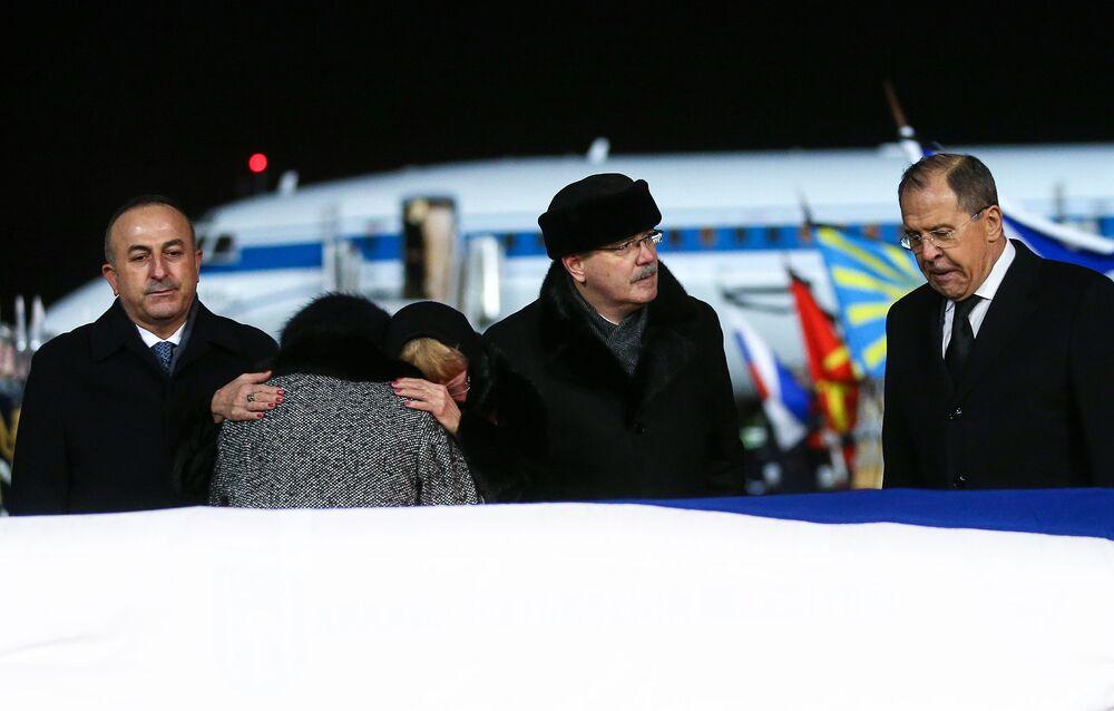 Karlov'un naaşı Moskova'da karşılandı