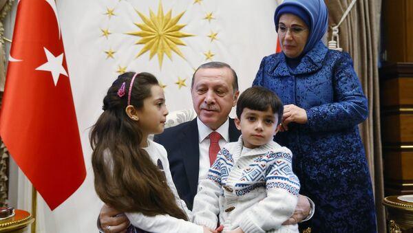 Cumhurbaşkanı Recep Tayyip Erdoğan ve eşi Cumhurbaşkanlığı Sarayı'nda Halepli Bana ve ailesini ağırladı - Sputnik Türkiye